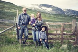 Her er familien Rueslåtten på stølen